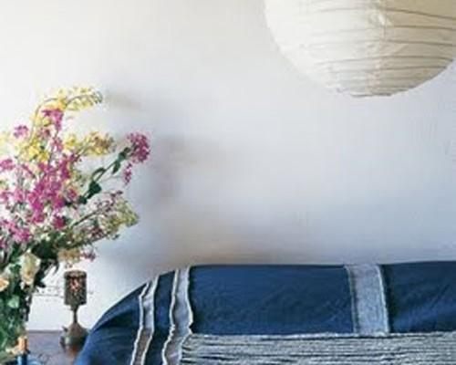globo-marieclaire-maison-italy-en-habitacion-con-colcha-azul-y-jarron-de-flores-de-colores