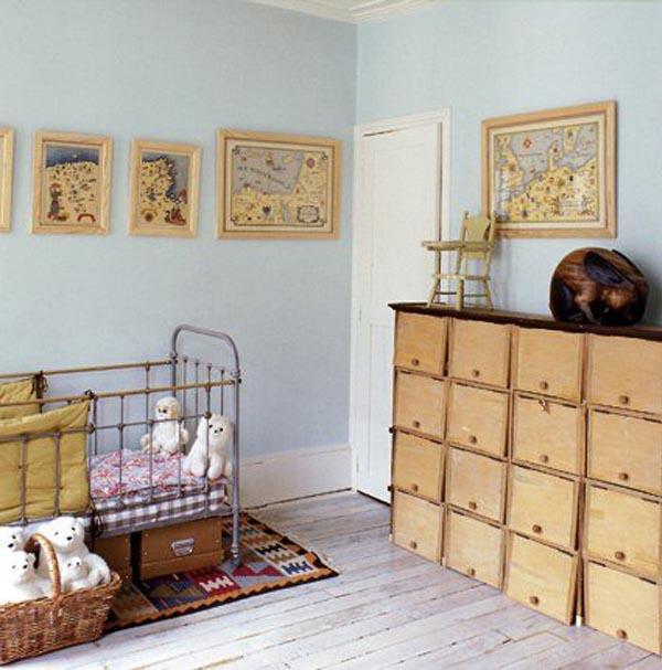 habitacion para niño recien nacido con cuna de hierro y aire vintage