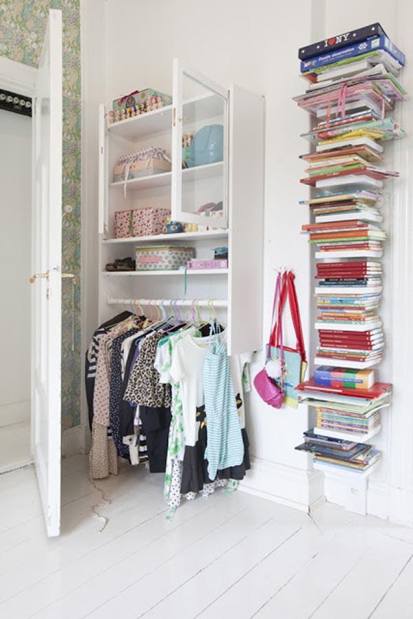 abajo ropa colgada arriba armario