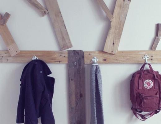 perchero de madera para niño