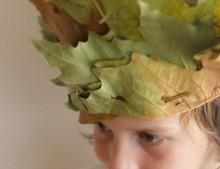 Manualidad con niños: corona de hojas