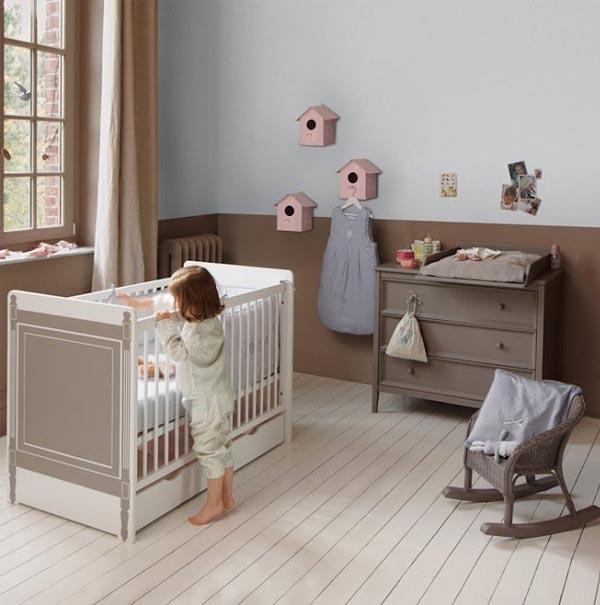 habitacion para recien nacidos en tonos grises, lavandas con silla de mimbre pequeña y cuna blanca